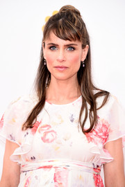 Amanda Peet looked youthful with her knotted half-up 'do at the Emmys.