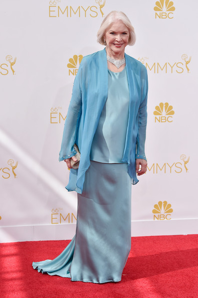 Ellen Burstyn layered a turquoise wrap over satin separates for a classy Emmys look.