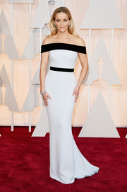 Reese Witherspoon was all about modern minimalism in a monochrome off-the-shoulder gown by Tom Ford during the Oscars.