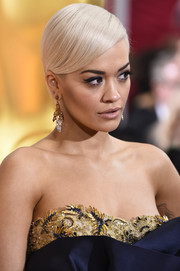 Rita Ora fixed her short platinum-blonde hair into a sleek-side parted style for the Oscars.