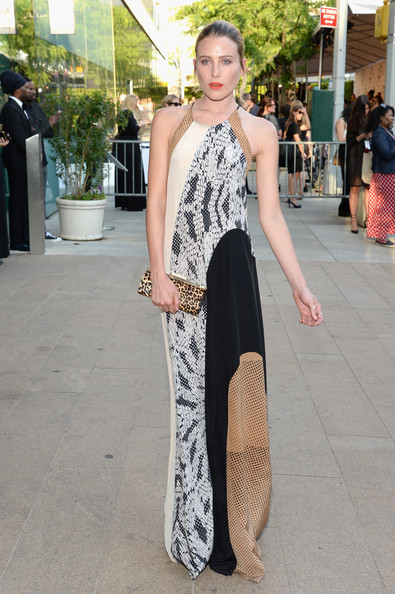 Dree Hemingway accessorized with a leopard-print clutch for an even more eclectic look.