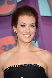 Kate Walsh glammed up her simple 'do with a pair of dangling emerald earrings by Carla Amorim.