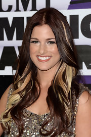 A darker flesh-toned lip gloss gave Cassadee a warm glowing beauty look.