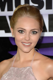 AnnaSophia's dark nude lipstick gave her an effortless and mature beauty look.