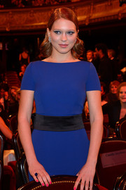 Lea Seydoux complemented her cobalt dress with a sapphire ring by Chopard.