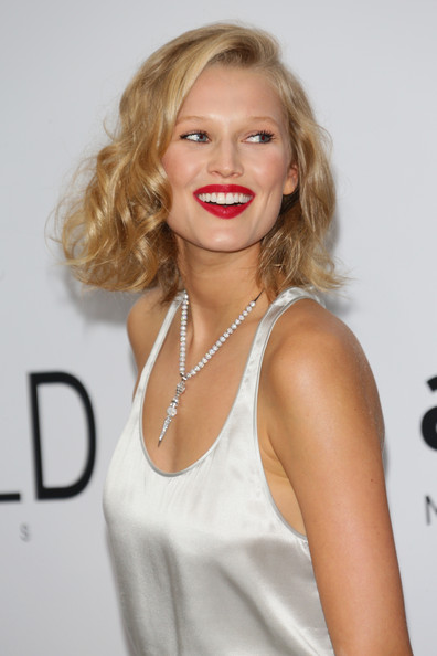 More Pics of Toni Garrn Curled Out Bob (1 of 6) - Toni Garrn Lookbook - StyleBistro