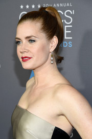 Amy Adams glammed up a simple ponytail by wearing it high and curled.