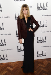 Suki Waterhouse complemented her outfit with a simple yet sophisticated patterned white box clutch.