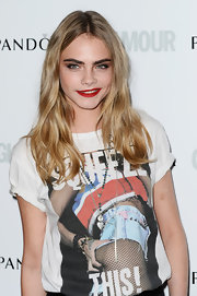Cara Delevingne kept her blonde tresses natural and carefree with soft waves.