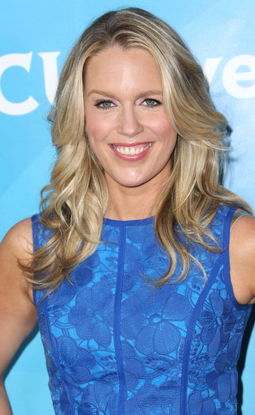 Jessica St. Clair topped off her look with chic face-framing waves when she attended NBCUniversal's Summer Press Day.