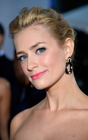 Beth Behrs achieved a soft and youthful beauty look with a swipe of pink lipstick.