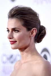 Stana Katic was a classic beauty at the People's Choice Awards wearing this elegant loose bun.