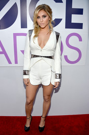 Cassie Scerbo looked bold and fun in a white and silver short suit during the People's Choice Awards.