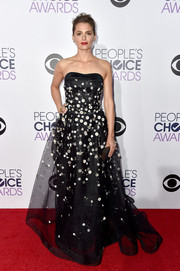 Stana Katic was the picture of romantic elegance in a black Carolina Herrera strapless gown with silver flower appliques during the People's Choice Awards.