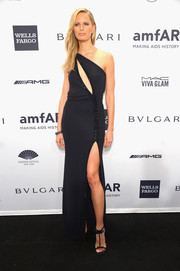 Karolina Kurkova sure loves a sexy cutout! For the amfAR New York Gala, she chose this midnight blue one-shoulder number by Giorgio Armani.