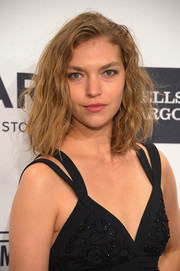 Arizona Muse went to the amfAR New York Gala wearing her hair in messy waves.