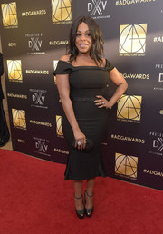 Niecy Nash sheathed her curves in an off-the-shoulder LBD for the Art Directors Guild Awards.