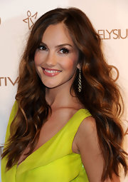 Minka Kelly arrived at the Art of Elysium's 5th Annual Heaven Gala wearing her ultra-long locks in loose waves.