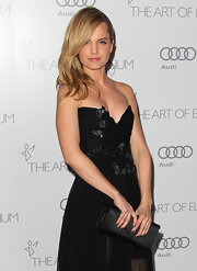 Mena Suvari chose a black satin clutch to finish her evening look.