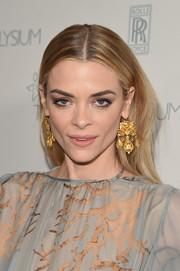 Jaime King glammed up her no-frills hairstyle with a pair of gold chandelier earrings.