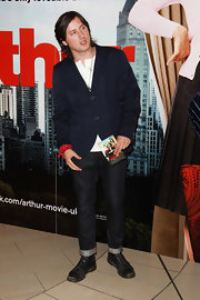Carl Barat attended the European premiere of 'Arthur' and looked fantastic in a dark blue blazer over a white shirt.