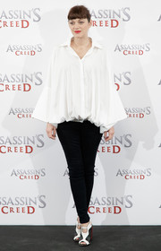 Marion Cotillard teamed her blouse with black skinny jeans by J Brand.