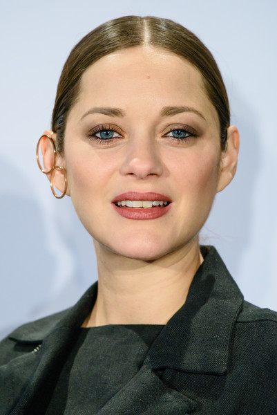 Marion Cotillard looked cool wearing double gold hoops by Kim Mee Hye on one ear.