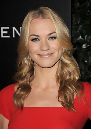 Yvonne Strahovski rocked a soft smoky lid at the 2011 Golden Globe Awards.