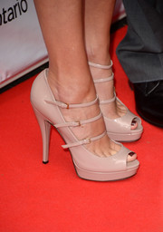 Julia Roberts stepped out on the 'August: Osage County' red carpet wearing strappy nude platform peep-toes.