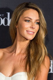 Jennifer Hawkins wore her hair down with a side part and gentle waves during the 'Australia's Next Top Model' elimination.