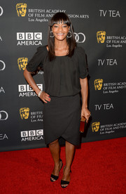 Sufe Bradshaw sported a classic all-black ensemble, consisting of a loose blouse, a knee-length skirt, and sandals, at the BAFTA LA TV Tea.