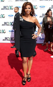 Holly Robinson Peete showed off her toned shoulders in a one-shouldered dress while walking the red carpet at the BET Awards.
