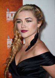 Florence Pugh complemented her dress with a black feather earring.