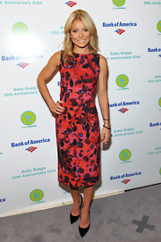 Kelly Ripa donned a colorful abstract print dress for the Baby Buggy 10th Anniversary Gala.