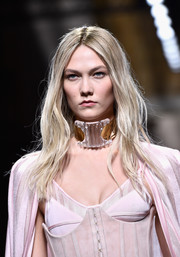 Karlie Kloss rocked messy-chic waves at the Balmain fashion show.