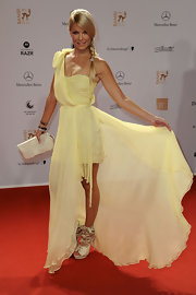 Natascha Gruin accented her lemony chiffon gown with an ivory leather clutch.