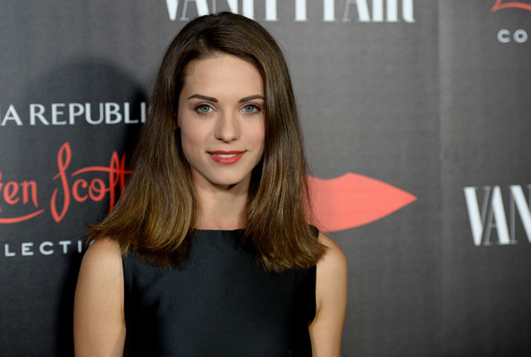 More Pics of Lyndsy Fonseca Flip (5 of 10) - Shoulder Length Hairstyles Lookbook - StyleBistro
