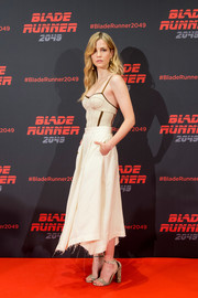 Sylvia Hoeks sealed off her outfit with a pair of taupe snakeskin sandals.