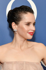 Felicity Jones injected some sparkle with a pair of dangling diamond earrings by Cartier.