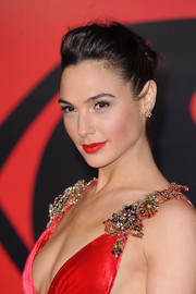 Gal Gadot complemented her dress with a bright red lip.