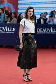 Astrid Berges Frisbey completed her laid-back attire with a pair of black patent sandals.
