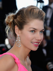 Jessica Hart added a bold pink lip to her beauty look to complement her fluorescent gown.