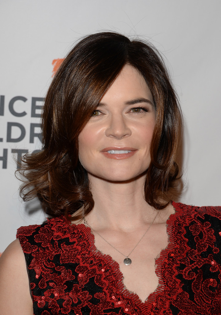 betsy brandt medium curls shoulder length hairstyles lookbook stylebistro. Black Bedroom Furniture Sets. Home Design Ideas