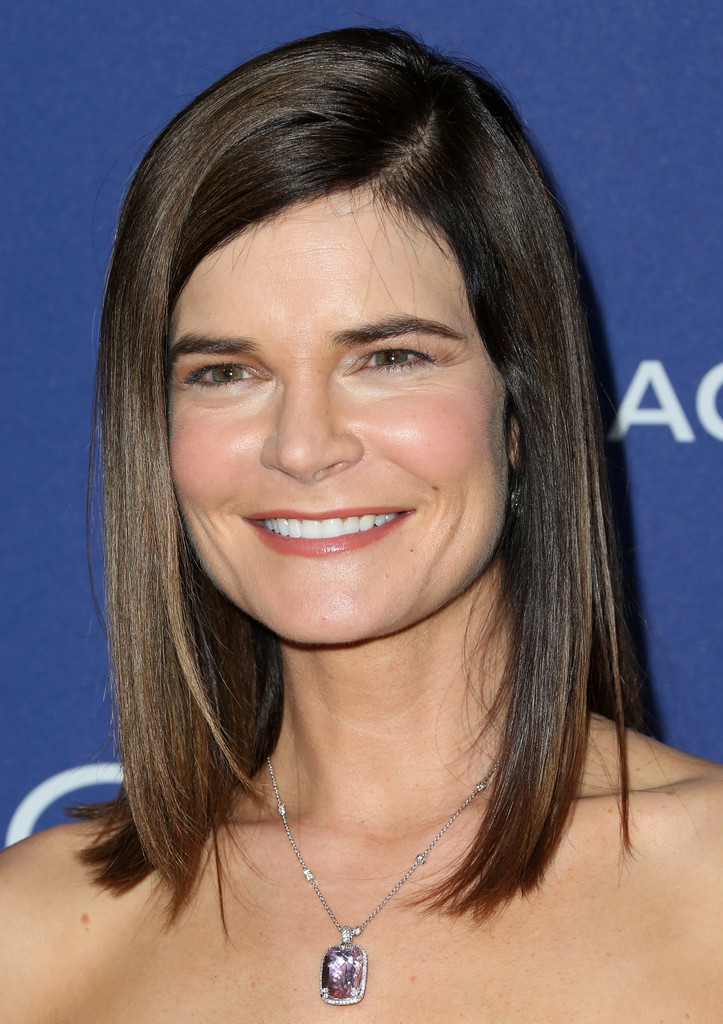 betsy brandt medium straight cut shoulder length hairstyles lookbook stylebistro. Black Bedroom Furniture Sets. Home Design Ideas