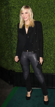 Natasha Bedingfield complemented her black leather pants with matching suede pumps.