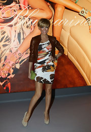 Sylvie van der Vaart elongated her legs with a cute pair of beige pumps in suede.