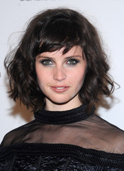 Felicity Jones amped up the edgy feel with smoky eye makeup.