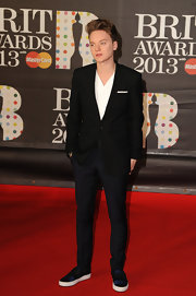 Conor Maynard paired a casual v-neck with a dressy suit for a modern look at the 2013 Brits.