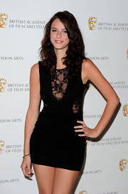 Kaya paired her lace dress with long curls.