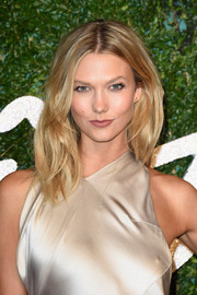 Karlie Kloss looked gorgeous with her textured, center-parted hairstyle at the British Fashion Awards.